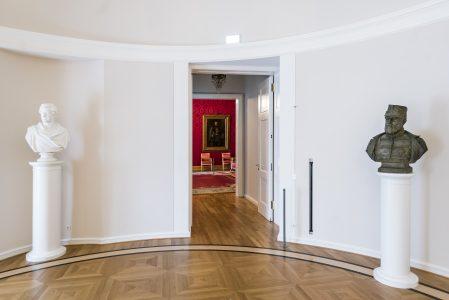 Die Büsten der Brüder Herzog Karl II. (re., unrühmlich aus Braunschweig vertrieben) und Herzog Wilhelm (li., Schlosserbauer) flankieren den Durchgang zum Thronsaal. Foto: Schlossmuseum / M. Küstner