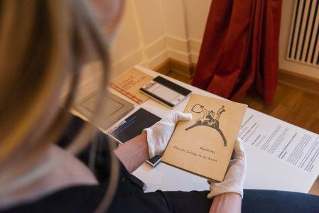 """In der Ausstellung """"Gesellschaft der Freunde junger Kunst"""" laden Publikationen führender Wissenschaftler der 1920er und 30er Jahren zum Verweilen ein. Foto: Schlossmuseum / M. Küstner"""