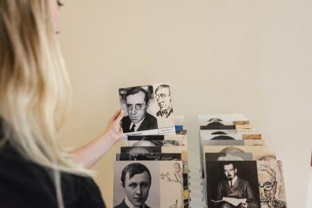 Biografien der Künstlerinnen und Künstler, die zwischen 1925 und 1933 im ehemaligen Residenzschloss ausstellten, geben Auskunft über Künstlernetzwerke und -schicksale. Foto: Schlossmuseum / M. Küstner