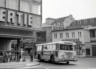 Mit Schwung in die Kurve: Eine Fußgängerzone gab es in den 60ern noch nicht. Die Linie 18 fuhr über Sack und Neue Straße in Richtung Madamenweg. Foto: Wolfgang Illenseer/JS