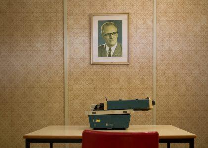 """Aus der Serie """"Grenzübergang Marienborn"""", 2019 / Mitglieder-Ausstellung """"Zonenrandgebiet"""". Foto: Ansgar Marx,"""