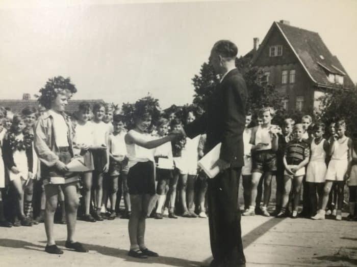 Siegerehrung durch Lehrer Artur alias Walter Wilke auf dem Sportplatz Stederdorf nach den Bundesjugendspielen 1957. Foto: privat