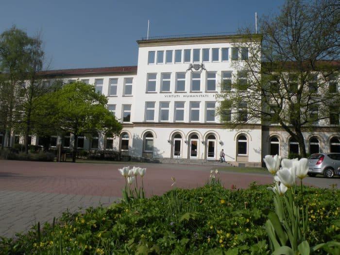 """Das Schulgebäude des MK mit der Widmung """"virtuti – humanitati – pietati"""". Foto: Manfred Wildage"""