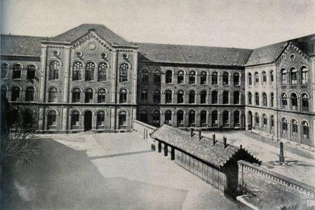 Das Schulgebäude von 1869 mit dem MK (rechts) und dem Realgymnasium. Die Schulhöfe waren getrennt. Die Aufnahme stammt aus dem Jahr 1926. Repro: Archiv Wildhage
