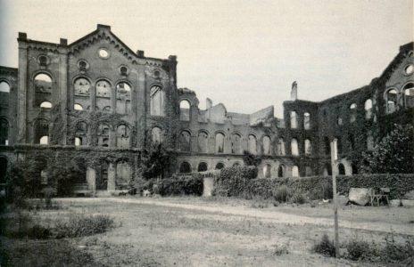 Das durch den Bombenangriff 15. Oktober 1944 zerstörte Schulgebäude. Aufnahme von 1952. Repro: Archiv Wildhage