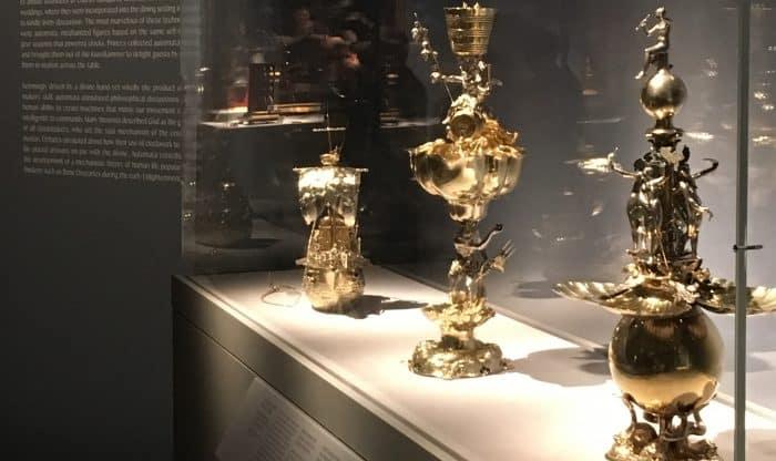 Präsentation des Tischbrunnens (rechts) in der Sonderausstellung im Metropolitan Museum New York. Foto: Kulturstiftung der Länder