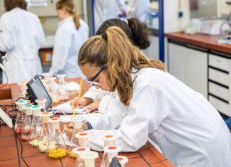 Schülerinnen im Agnes-Pockels-Labor. Foto: Haus der Wissenschaft