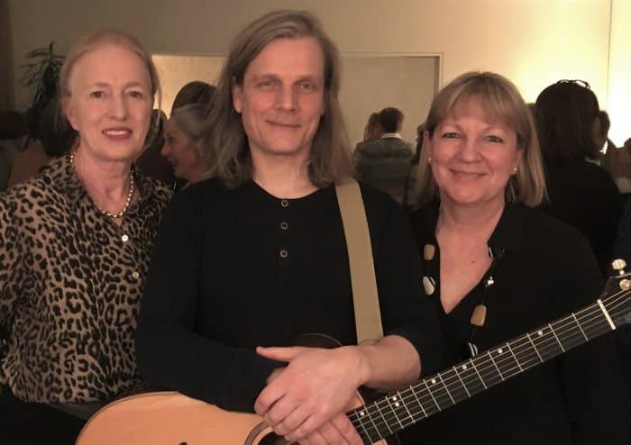 Erika Borek (links), Vorsitzende der Hospiz Stiftung für Braunschweig, mit Hospizleiterin Petra Gottsand und Musiker Markus Schulze. Foto: Hospiz Stiftung für Braunschweig