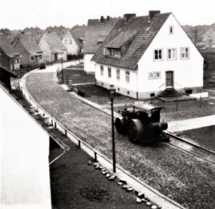 """Asphaltarbeiten in der Straße """"Butterberg"""" in den 1950er Jahren. Foto: Kultur- und Heimatpflegeverein Schunteraue"""
