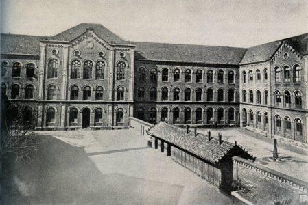 Das Schulgebäude von 1869 mit dem Herzoglichen Realgymnasium (heute NO/links) und dem MK. Die Schulhöfe waren getrennt. Die Aufnahme stammt aus dem Jahr 1926. Repro: Archiv Wildhage