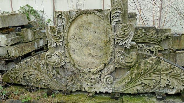 Auch dieses Fragment der Ackerhofportals lagern im städtischen Bauhof. Foto: Norbert Jonscher