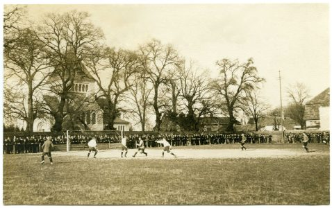 Szene aus dem Fußballspiel Eintracht Braunschweig gegen Hannover 96 (1:0) auf dem Sportplatz an der Helmstedter Straße, 20. April 1919. Foto: Stadtarchiv Braunschweig, G XI 58: 1