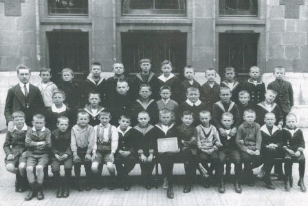 Klassenfoto der 5c der 5. Mittleren Knabenschule mit Lehrer Hans Bolm vermutlich aus dem Jahr 1925. Foto: Broschüre Grundschule Comeniusstraße