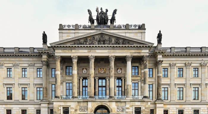 Portikus mit den fünf Wappenschilden. Foto: Richard Borek Stiftung /Andreas Greiner-Napp