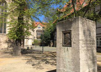 Das Wilhelm-Raabe-Denkmal mit einem Reliefporträt des Dichters auf dem Magnikirchplatz. Foto: Der Löwe