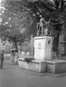 Der Raabe-Brunnen aus dem Jahr 1931 mit Ritterfigur und Einhorn wurde 1944 in der Bombennacht des 14. Oktober zerstört. Foto: Archiv Dieter Heitefuß