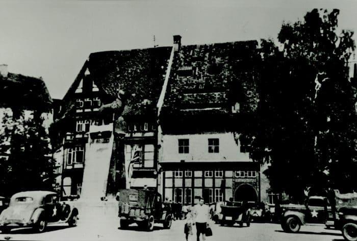 Militärfahrzeuge der US-Armee auf dem Burgplatz am 12. Juni 1945. Am Veltheimschen Haus hängt die britische Flagge. Foto: Stadtarchiv Braunschweig, H XVI H I (1945)
