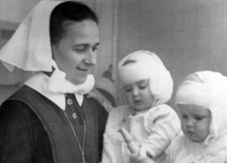 Ein Foto aus dem Krankenhaus-Archiv: Eine Diakonisse mit zwei Babys. Foto: Marienstift / Ev. Stiftung Neuerkerode