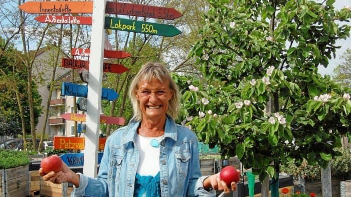 Ute Koopmann von der Volkshochschule freut sich auf den Apfeltag am 12. Oktober, an dem die Teilnehmer sicher kiloweise Äpfel in den Stadtgarten Bebelhof bringen werden. Foto: Henning Thobaben
