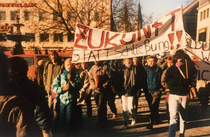 Der Protestzug von Schülerschaft und Kollegium zog durch die Innenstadt bis zum Rathaus. Foto: Archiv Manfred Urnau