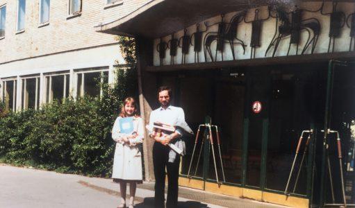 Lehrer Manfred Urnau mit einer polnischen Austauschschülerin vor dem Haupteingang der Schule. Foto: Archiv Manfred Urnau
