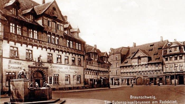 Der Eulenspiegelbrunnen ca. 1912 mit dem Stammhaus der Mumme-Brauerei Steger am Bäckerklint, wo bis zur Zerstörung des Hauses 1944 diese Bier hergestellt wurde. Foto: Bein / Privat