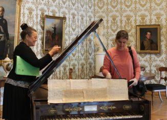 Die Restauratorinnen Garnet Rosch-Meier (inks) und Katharina Geier kümmern sich um den Hammerflügel im Schlossmuseum. Foto: Der Löwe