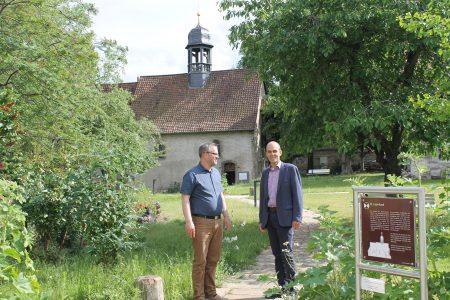 Carsten Jatzen, Sprecher des Baukreises der Christengemeinschaft, und Pfarrer Marc Jungermann (rechts). Foto: Der Löwe