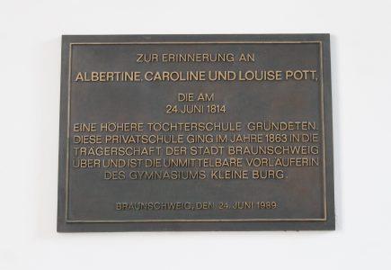 Seit 1988 erinnert eine gusseiserne Gedenktafel an die Schulgründerinnen, die Schwestern Pott. Foto: Der Löwe