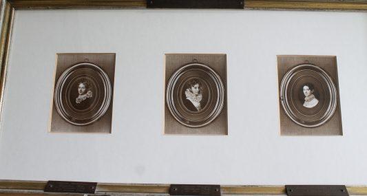 Die Fotos von Henriette Louise (1778-1833), Johanne Dorothea Albertine (1783-1837) und Auguste Wilhelmine Caroline (1785-1855) Pott hängen noch heute im Direktorzimmer. Foto: Der Löwe