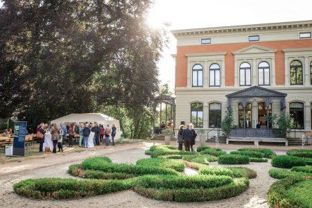 Das Foto zeigt eine Veranstaltung im Garten des Hauses der Braunschweigischen Stifteungen in der Zeit vor Corona. Foto HdBS