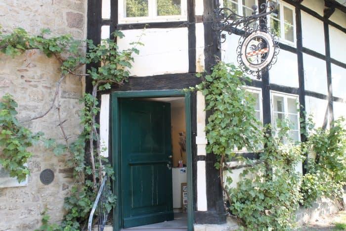Im Torhaus und im angrenzenden Wirtschaftsgebäude ist das Zisterziensermuseum untergebracht. Foto: Der Löwe