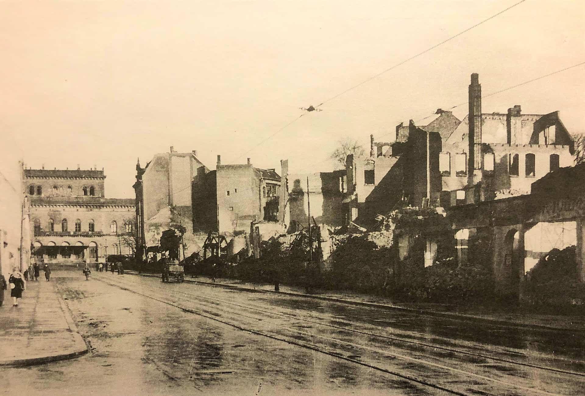 Der zerstörte Steinweg mit Staatstheater. Foto: Stadtarchiv