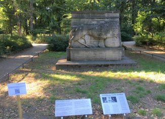 Das Kolonialdenkmal an der Jasperallee. Tafeln informieren über die Hintergründe. Foto: Der Löwe