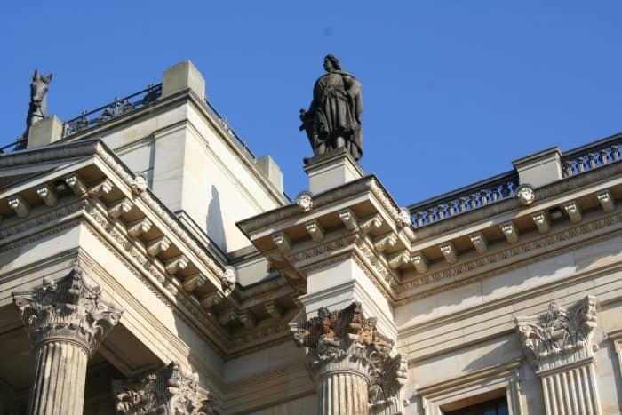 Die Figuren am Hauptportal sind Thema einer Führung. Foto: Schlossmuseum