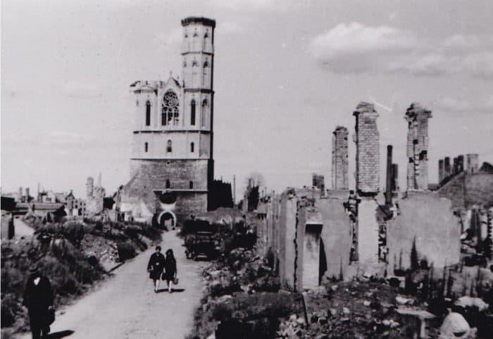 Blick durch Trümmer auf die kriegsbeschädigte Andreaskirche. Foto: Archiv Eckhard Schimpf.