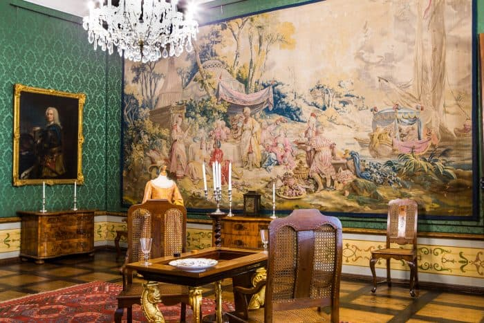 Ein Raum im Herzoginnenappartement mit einem edlen Wandteppich und einem Backgammon-Spieltisch. Foto: Museum Wolfenbüttel / Florian Kleinschmidt.