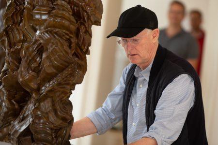 Bildhauer Tony Cragg beim Ausstellungsaufbau im Schloss Museum Wolfenbüttel. Foto Museum Wolfenbüttel / Florian Kleinschmidt