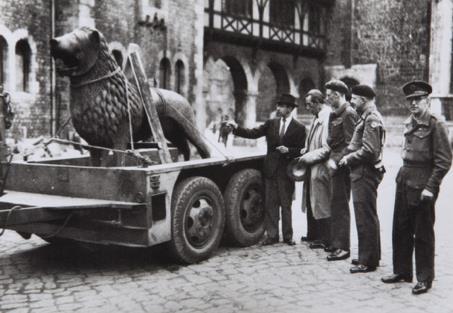 Der Braunschweiger Burglöwe kehrt im März 1946 zurück an seinen angestammten Platz. Foto: IBR