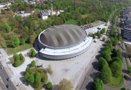 Aus der Luft ist die Volkswagen Halle beeindruckend. Foto: Stadthalle Braunschweig Betriebsgesellschaft / Knut Bussian