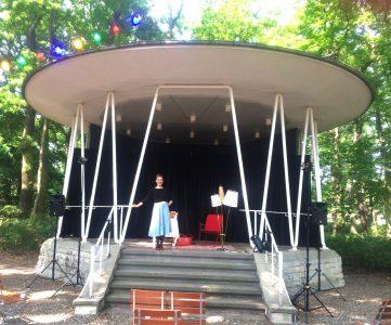 """Miriam Paul im Pavillon des Wirtshauses """"Heinrich"""" Foto: Theater Fadenschein/ Yvonne Uhlig"""