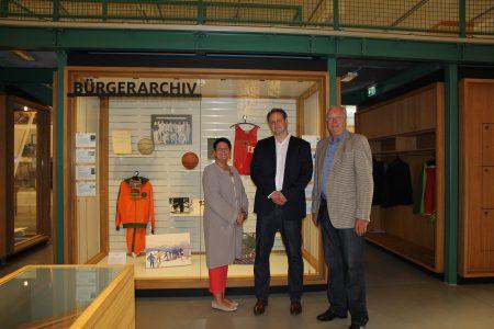 Museumsleiterin Dr. Sandra Donner, Museumsmitarbeiter Markus Gröchtemeier und Jürgen Wohlers vor dem Bürger Archiv. Foto Museum Wolfenbüttel