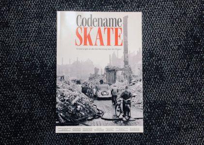 """Titelseite des Magazins """"Codename Skate - Erinnerungen an den Bombenkrieg über der Region"""". Foto: Julia-Janine Schwark"""