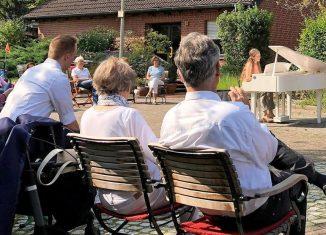 """Die Pianistin Nicole Rudi aus Wolfsburg und die Mezzosopranistin Nora Maria Eckhardt aus Braunschweig geben vor Eckhardts Elternhaus in Kanzlerfeld ein Konzert. Organisiert wurde es vom Verein Kinderklassik in der Reihe """"Digitalflügel auf Reisen"""". Foto: Katharina Lohse"""