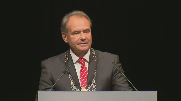 Oberbürgermeister Ulrich Markurth begrüßte zur Diskussionsveranstaltung. Foto: Knut Bussian
