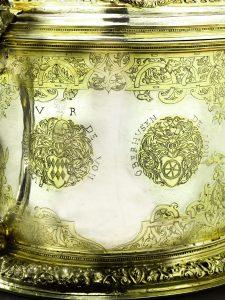 Eine feine Vergoldung akzentuiert die heraldischen Zeichen und  eingravierten Ornamente. Foto: Sotheby's