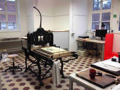 Im alten Schulhaus in Apelnstedt befindet sich das Atelier Karl Schapers weitgehend unberührt. Foto: Braunschweigische Landschaft