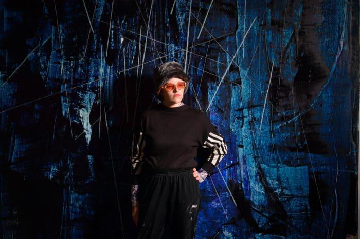 Stella Ohlms vor einem ihrer großformatigen Gemälde. Foto: SBK / Andreas Greiner-Napp