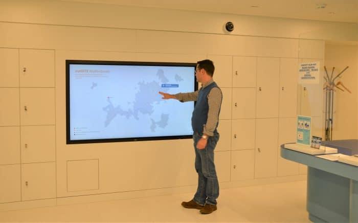 Die Medienwand, die künftig alle Orte mit Arbeitskommandos zeigt, ist im Foyer des neuen Dokumentationszentrums der Gedenkstätte in der JVA Wolfenbüttel installiert. Foto: Gedenkstätte in der JVA Wolfenbüttel / Blotevogel