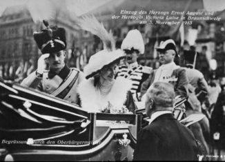 Victoria Luise und Ernst August werden bei ihrer Ankunft von Braunschweigs Oberbürgermeister Hugo Retemeyer begrüßt. Foto: Stadtarchiv.